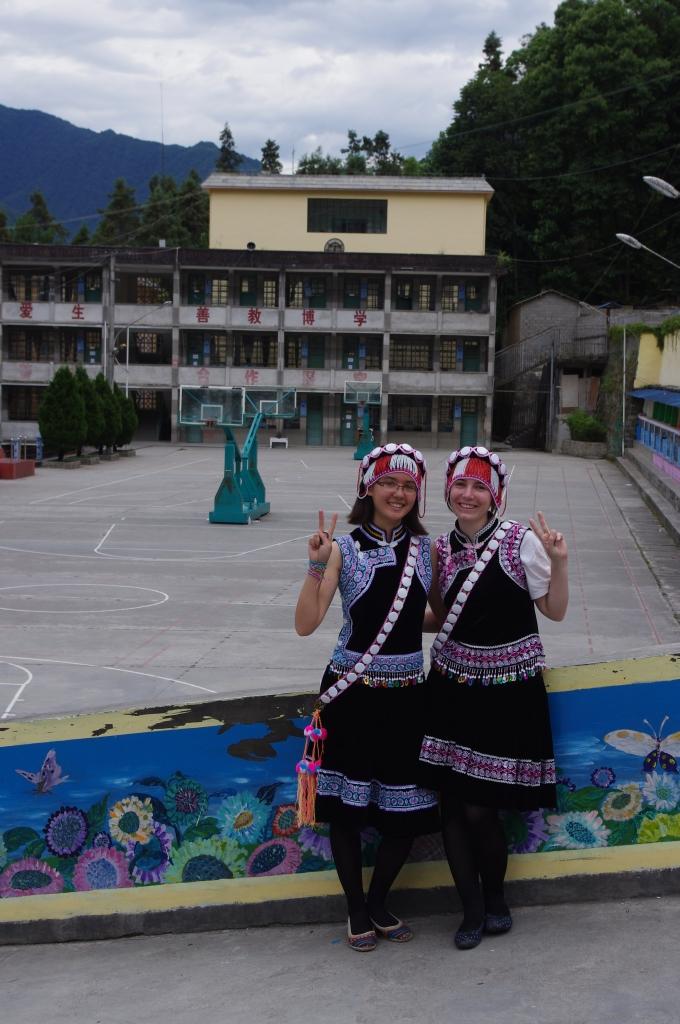 Nina und Nadja in den Trachten der Lisu-Minderheit vor dem Schulgebäude